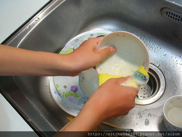 只要一滴二滴就可以把一大堆器具洗的乾乾淨淨
